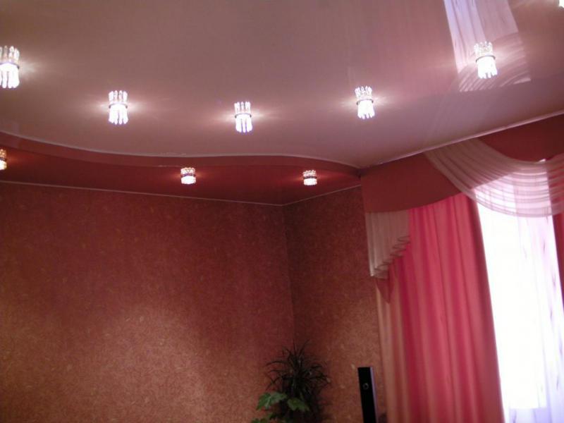 Натяжные потолки в сочетании двух цветов в
